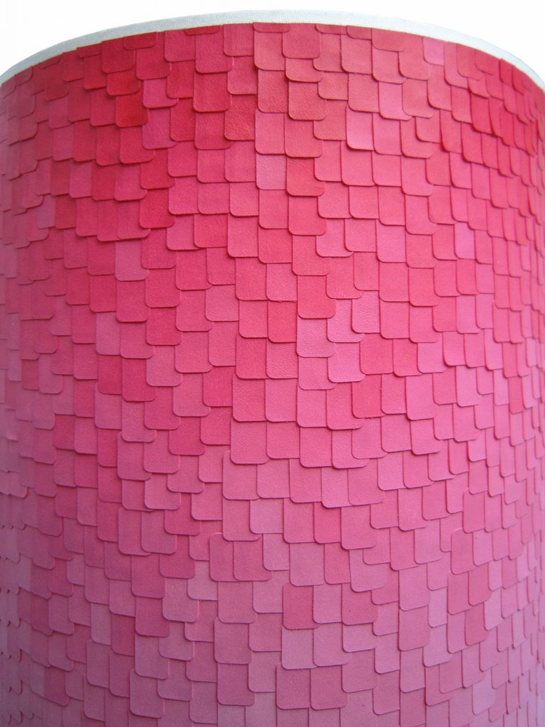 2.Aurelie_Wozniak_pixel_3000_lezard_creatrice_artiste_plasticienne_designer_materiaux_pieces_uniques_fait_main_lampe_rose_couleurs_gommettes_peintures_pink_lamp_french_handmade_craft_interior_design_decoration_original_new_creation_zoom